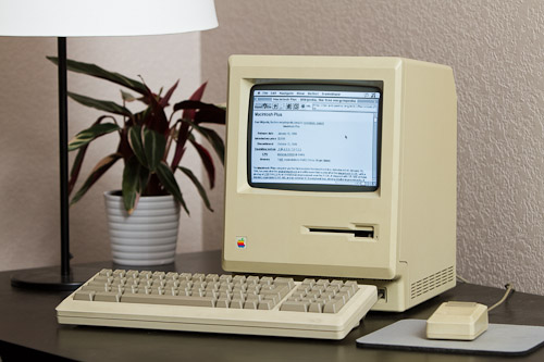 Mac-Plus_surfing-Internet