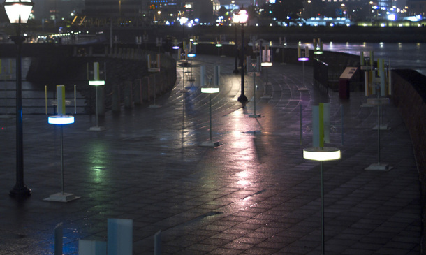 gwagwa-colors-of-the-windway-japanese-waterfront-wind-responsive-color-lights-designboom-03