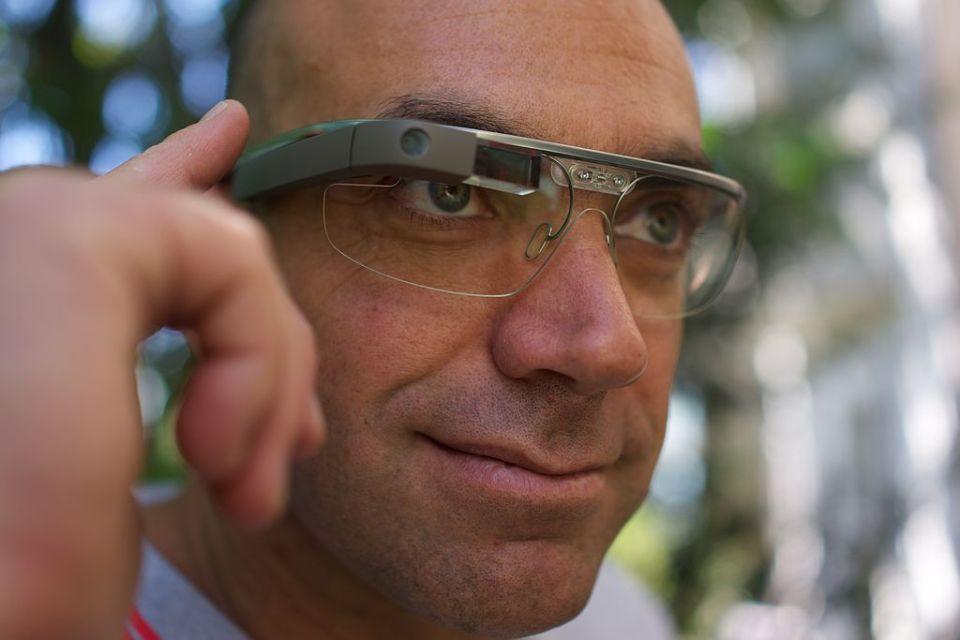 1024px-A_Google_Glass_wearer