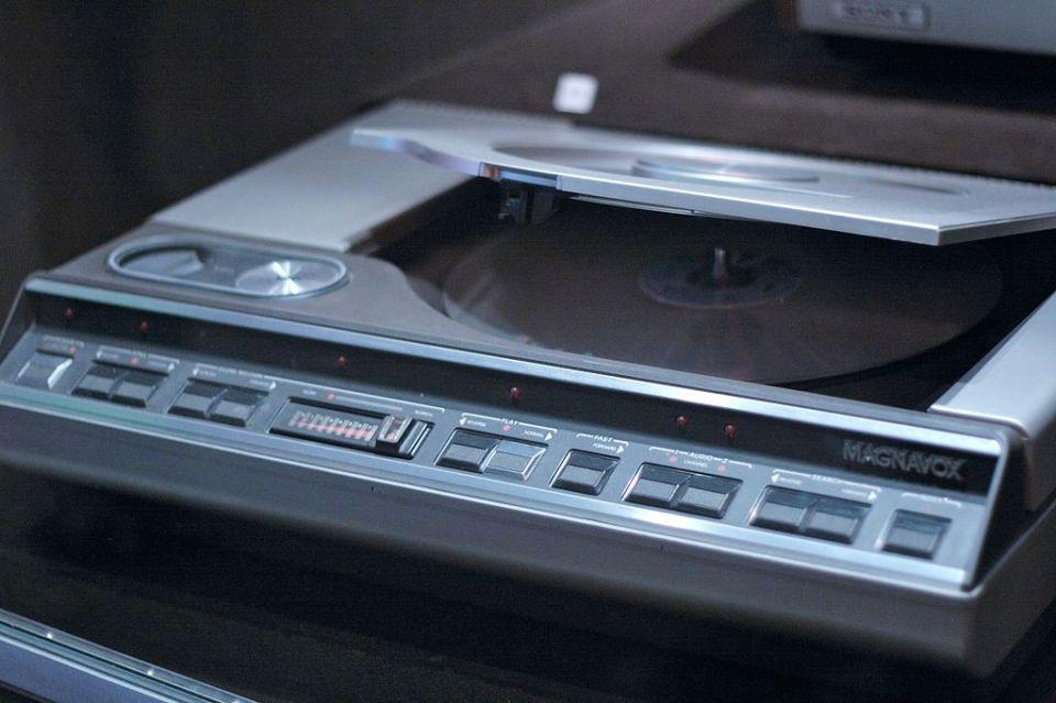 1024px-Magnavox_Laserdisc_player