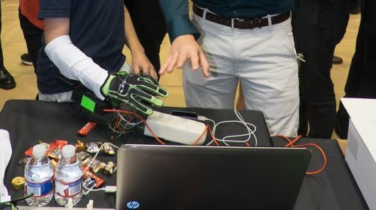 hands-omni-haptic-gaming-glove